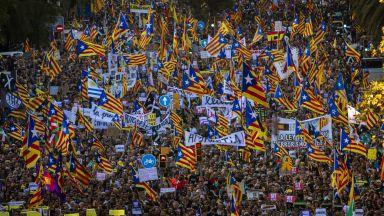 Стотици хиляди в Барселона протестират срещу присъдите на  каталунски лидери