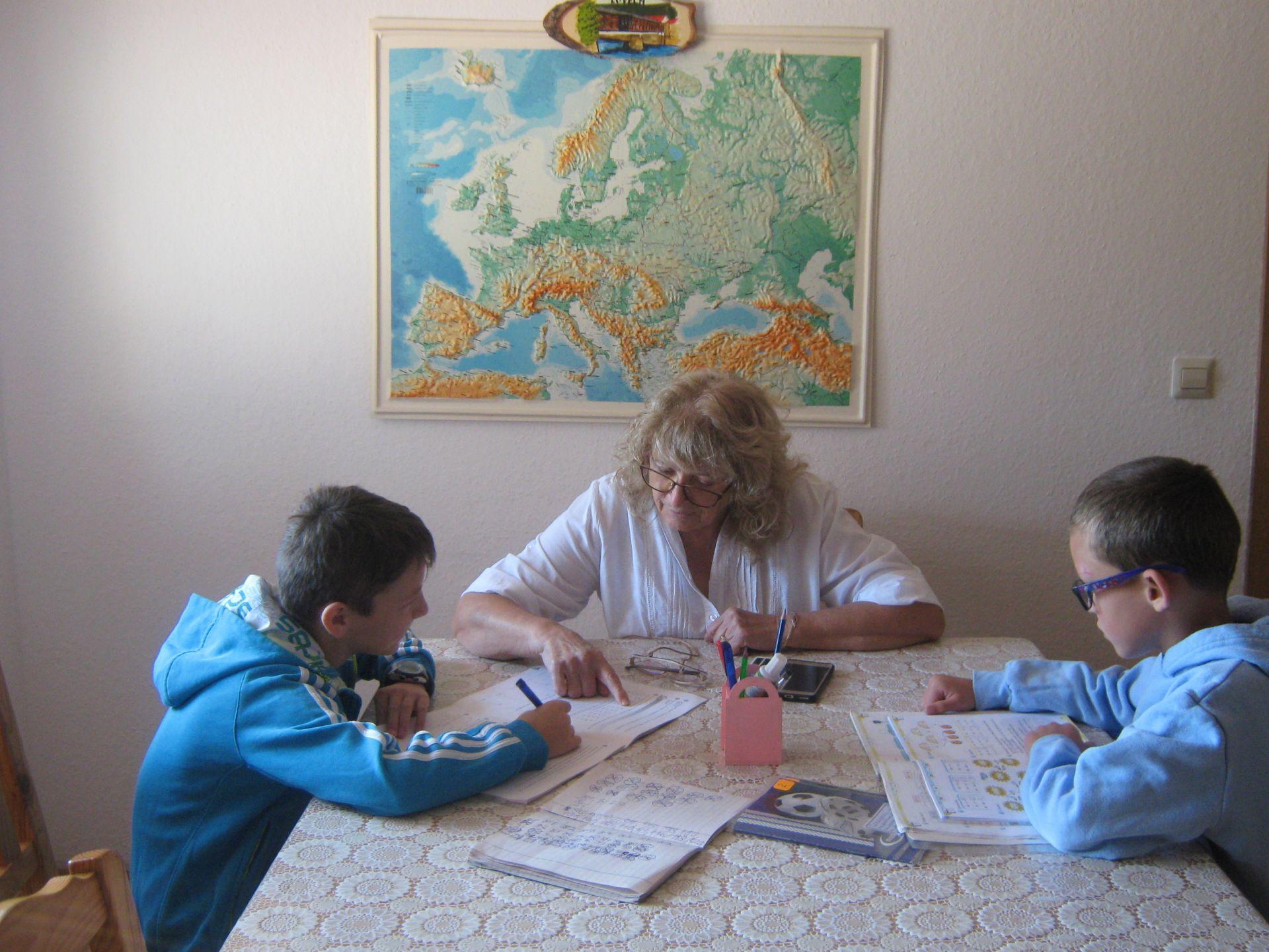 Валя Марчева с две от децата  - ученици във втори и в пети клас
