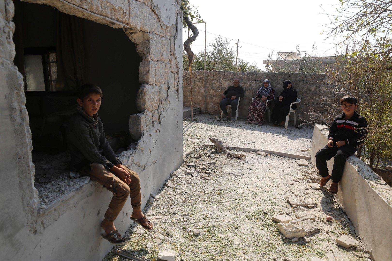 Деца край разрушения си дом в село Бариша, провинция Идлиб, при операцията срещу Абу ал Багдади