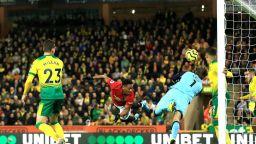 Юнайтед изпусна две дузпи, но се поздрави с първа победа далеч от дома