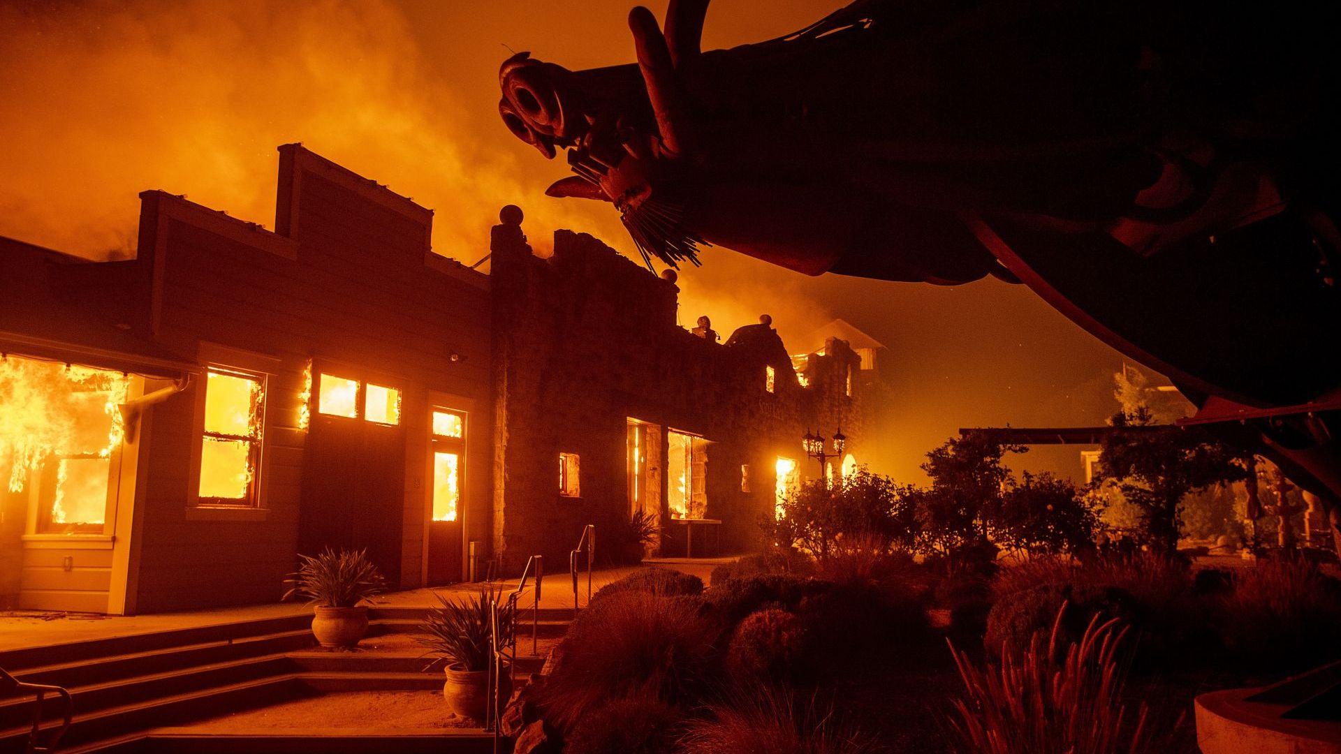 Масова евакуация в Калифорния: 180 000 напускат домовете си заради огнената стихия Кинкейд