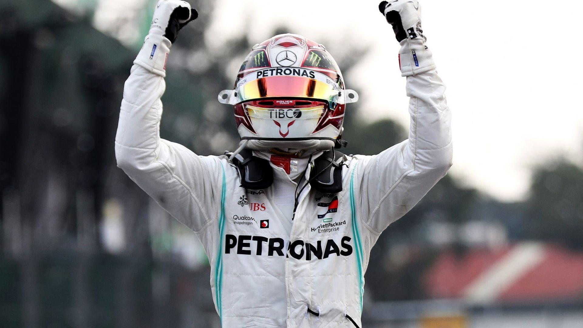 """Хамилтън триумфира в Мексико след грешка на """"Ферари"""", ще чака за титлата"""
