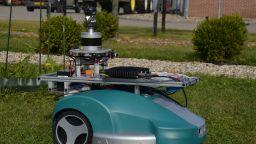 Робот заменя градинарите (видео)