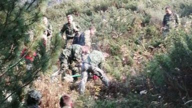 Военни и хеликоптер втори ден гасят пожара в Рила (снимки)