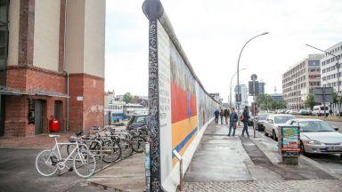 Трийсет години след падането на Берлинската стена, стените се завръщат