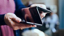 TCL демонстрира прототип на сгъваем смартфон