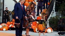 Мелания в есенни цветове за раздаването на лакомства в Белия дом
