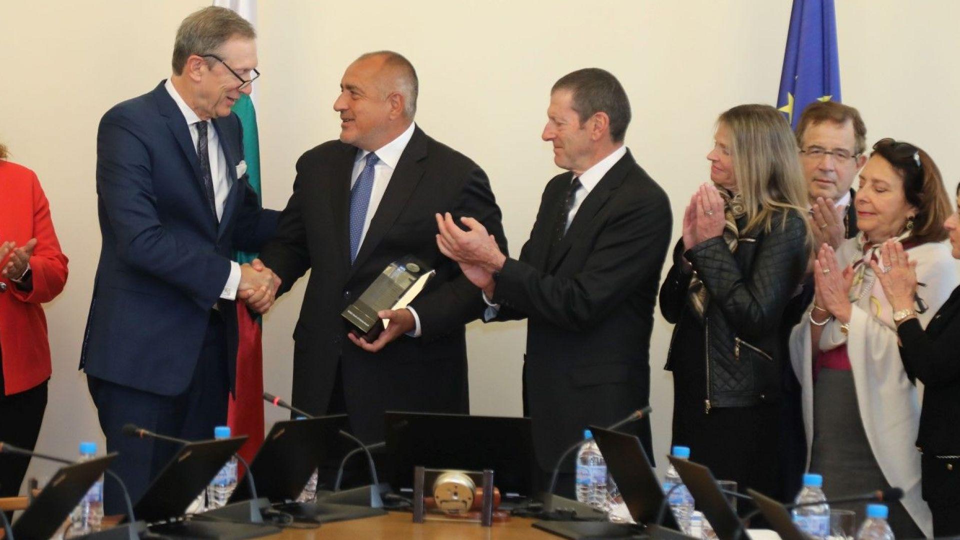 """Борисов стана първият чуждестранен лидер с """"Факла на свободата"""" (снимки)"""