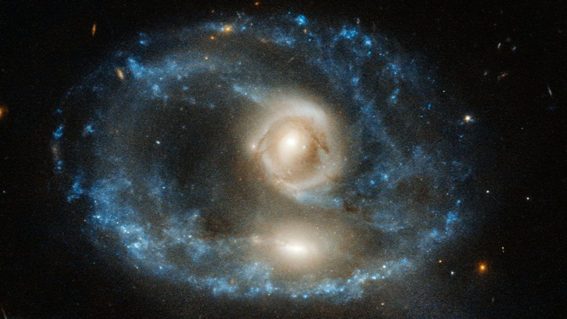 """""""Хъбъл"""" засне как две галактики се сливат в една"""