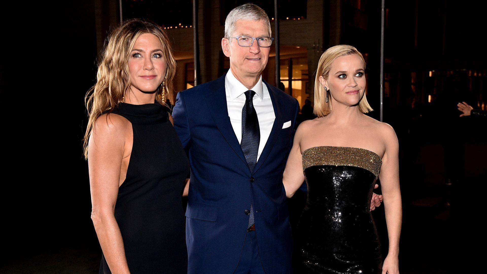 По червения килим: Дженифър Анистън и Рийз Уидърспун под ръка с изпълнителния директор на Apple