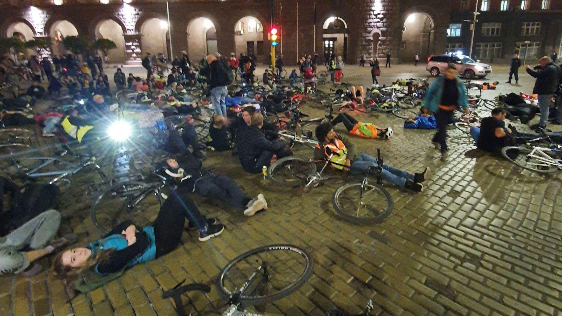 Колоездачи легнаха на кръстовище в София в знак на протест (снимки)