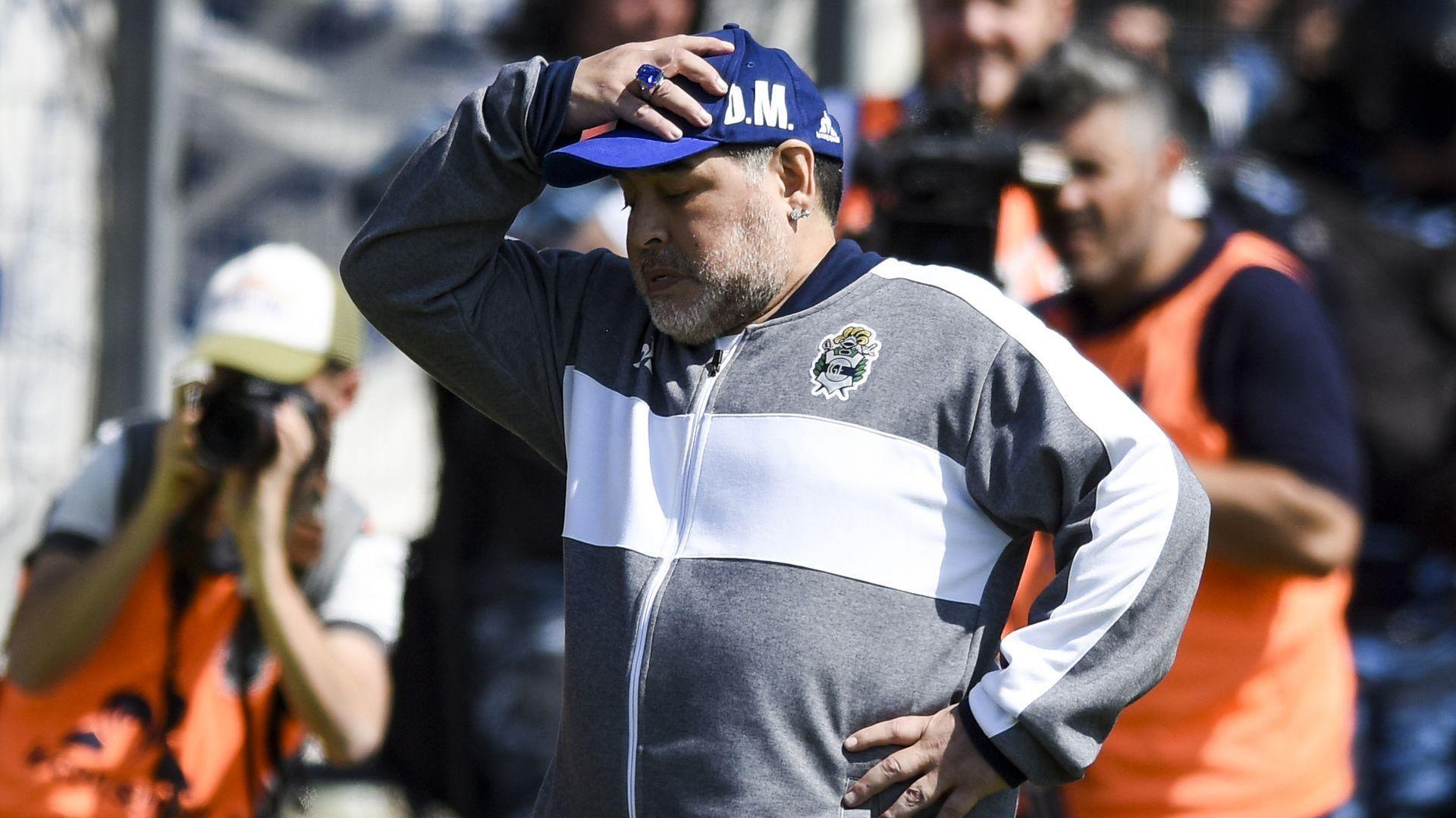 Марадона в изолация за рождения му ден след контакт със заразен охранител