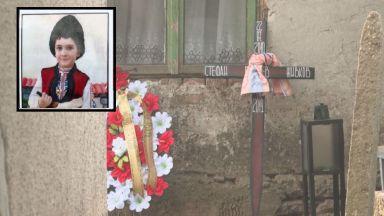 Майката на малкия Стефан от Кардам, който почина, е напуснала селото с част от парите за другите деца