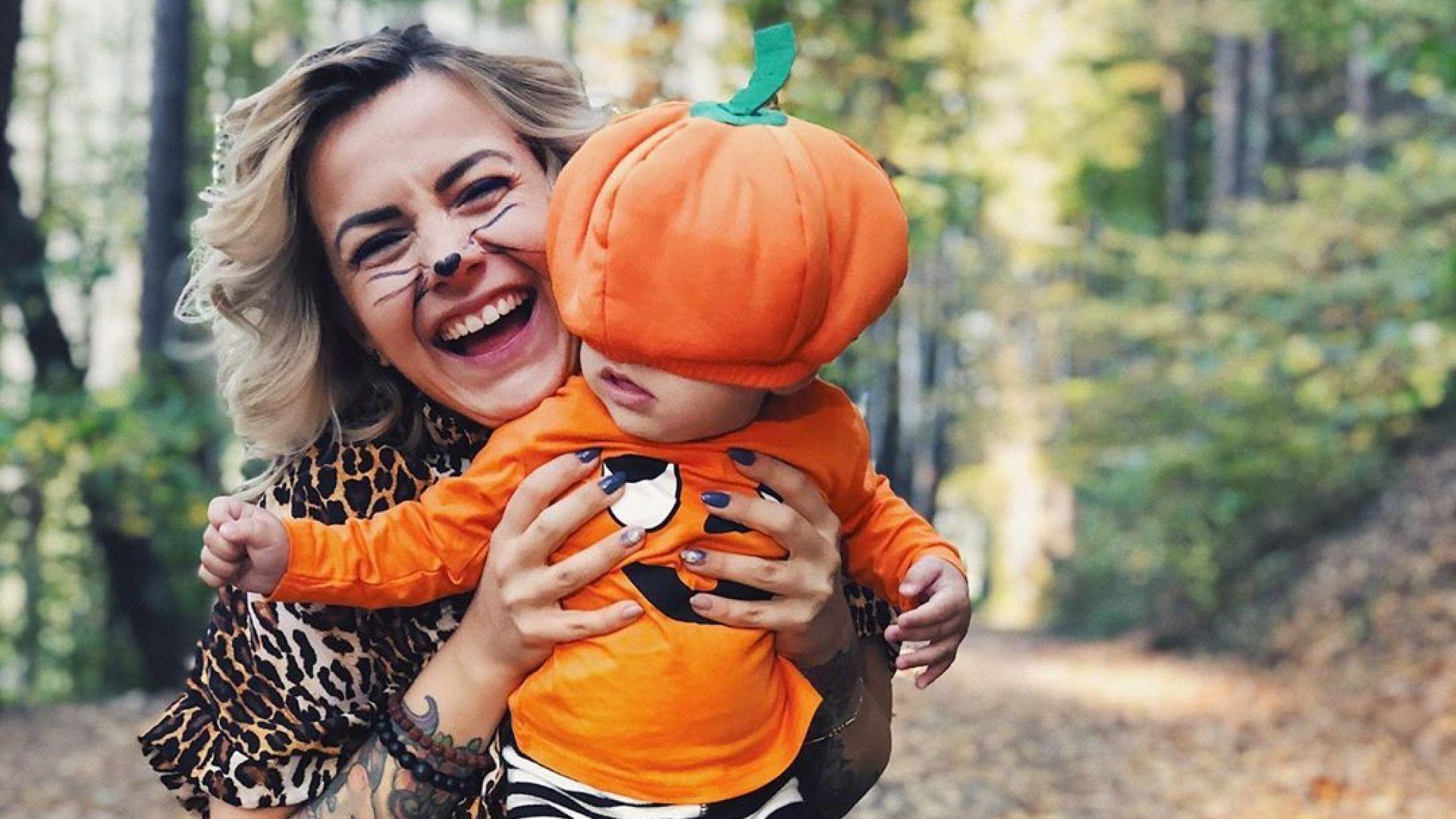 За Хелоуин Поли Генова облече малкия Даниел като тиква