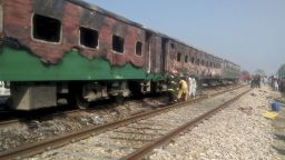 Най-малко 65 души изгоряха живи при пожар в пакистански влак (видео)