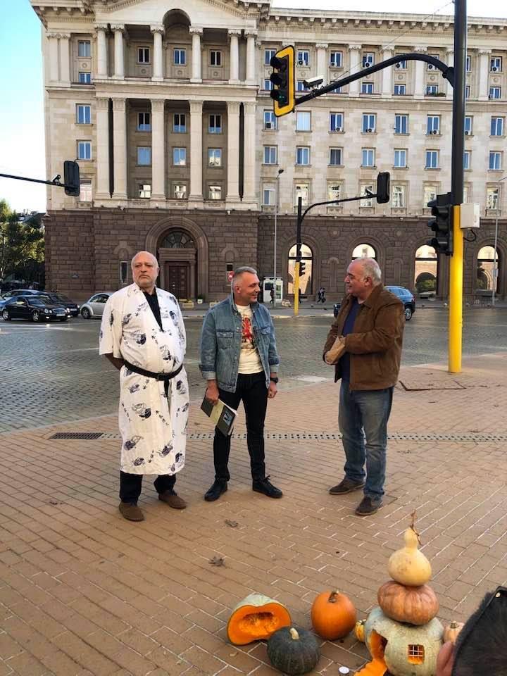 Велислав Минеков, адвокат Николай Хаджигенов, който също се присъедини към екипа на Мая Манолова, и известният критик на правителството Арман Бабикян, направиха символичен протестен пърформанс пред Министерски съвет