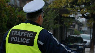 Хванаха водач да кара с книжка на починал роднина, мъжът опитал да подкупи полицаите