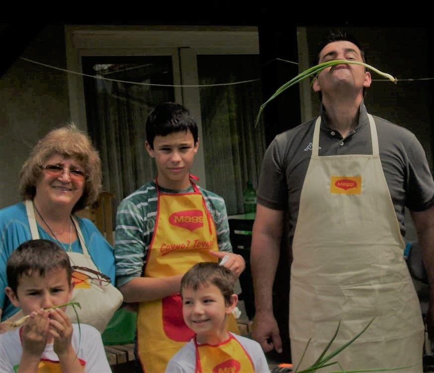 Валя Марчева с три от децата и шеф Виктор Ангелов, който е на посещение в тяхната къща по покана на SOS Детско селище Трявна