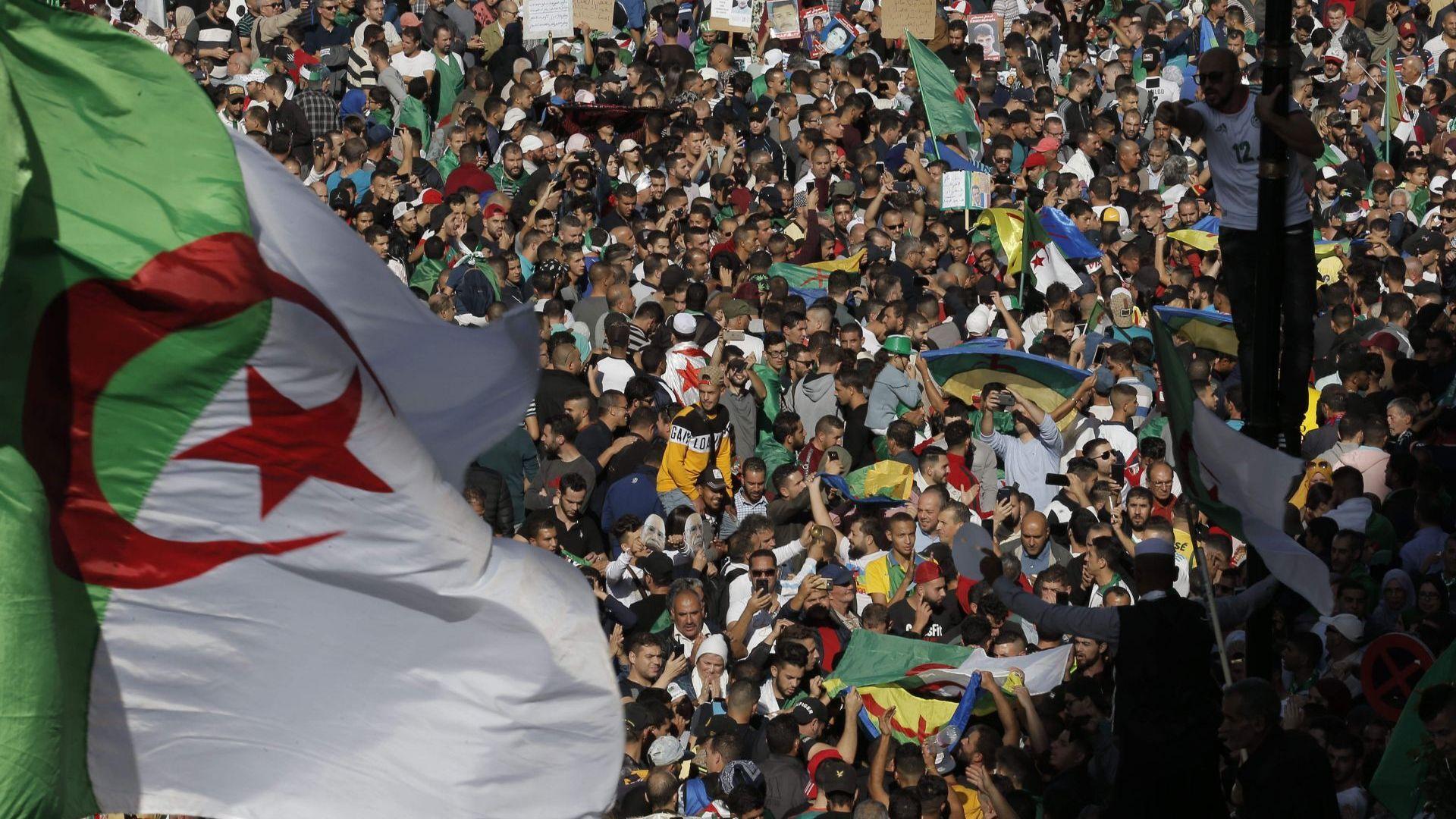 """100-хилядна демонстрация поиска """"нова независимост"""" в Алжир"""