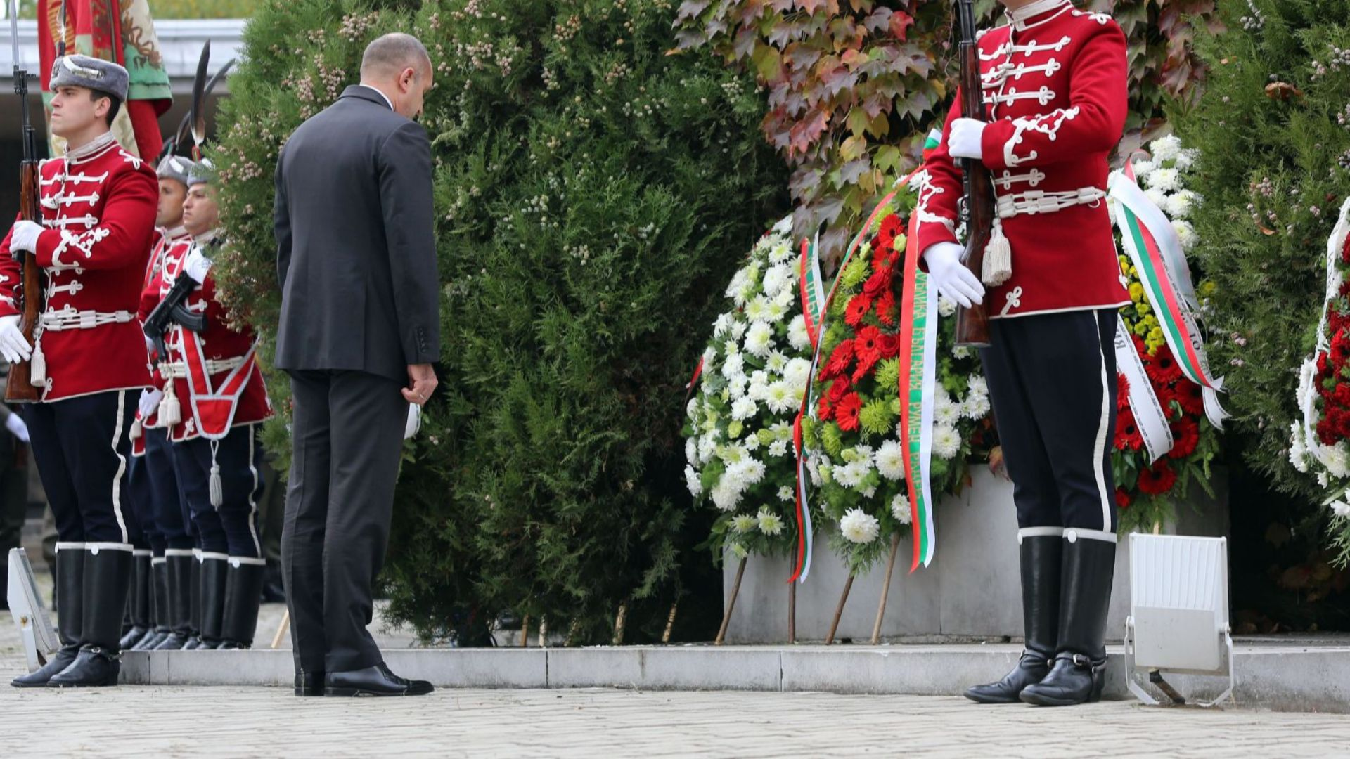 Румен Радев отдаде признателност на загиналите български войни (снимки)