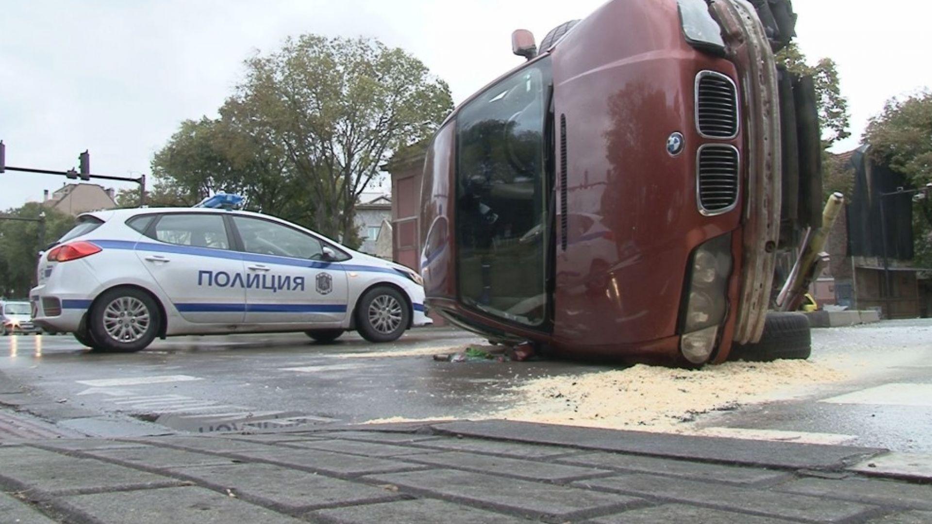 Кола се преобърна на варненски булевард, шофьорът избяга (снимки)