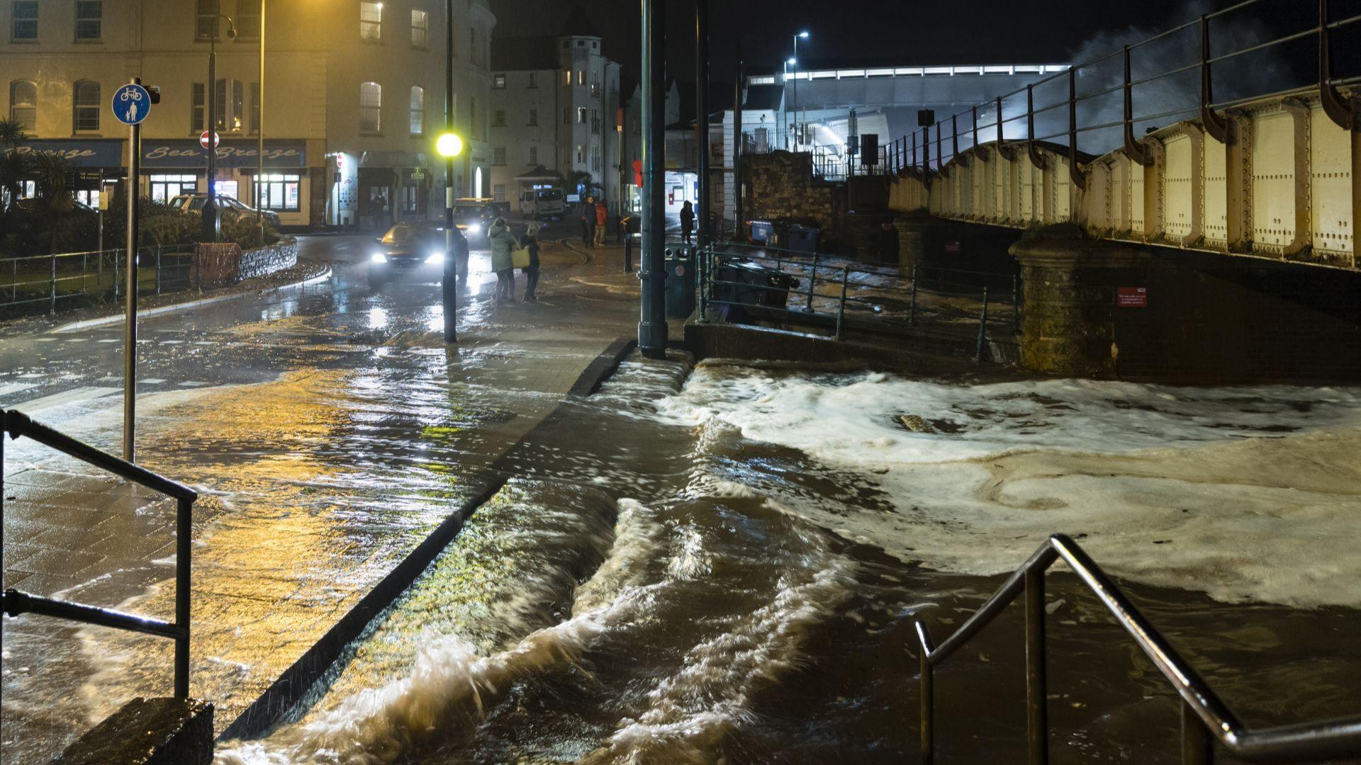 Буря-убиец във Великобритания, 100 хиляди без ток във Франция