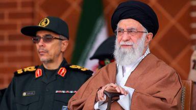 Не сме толкова наивни, че да преговаряме със САЩ, заяви аятолах Хаменей