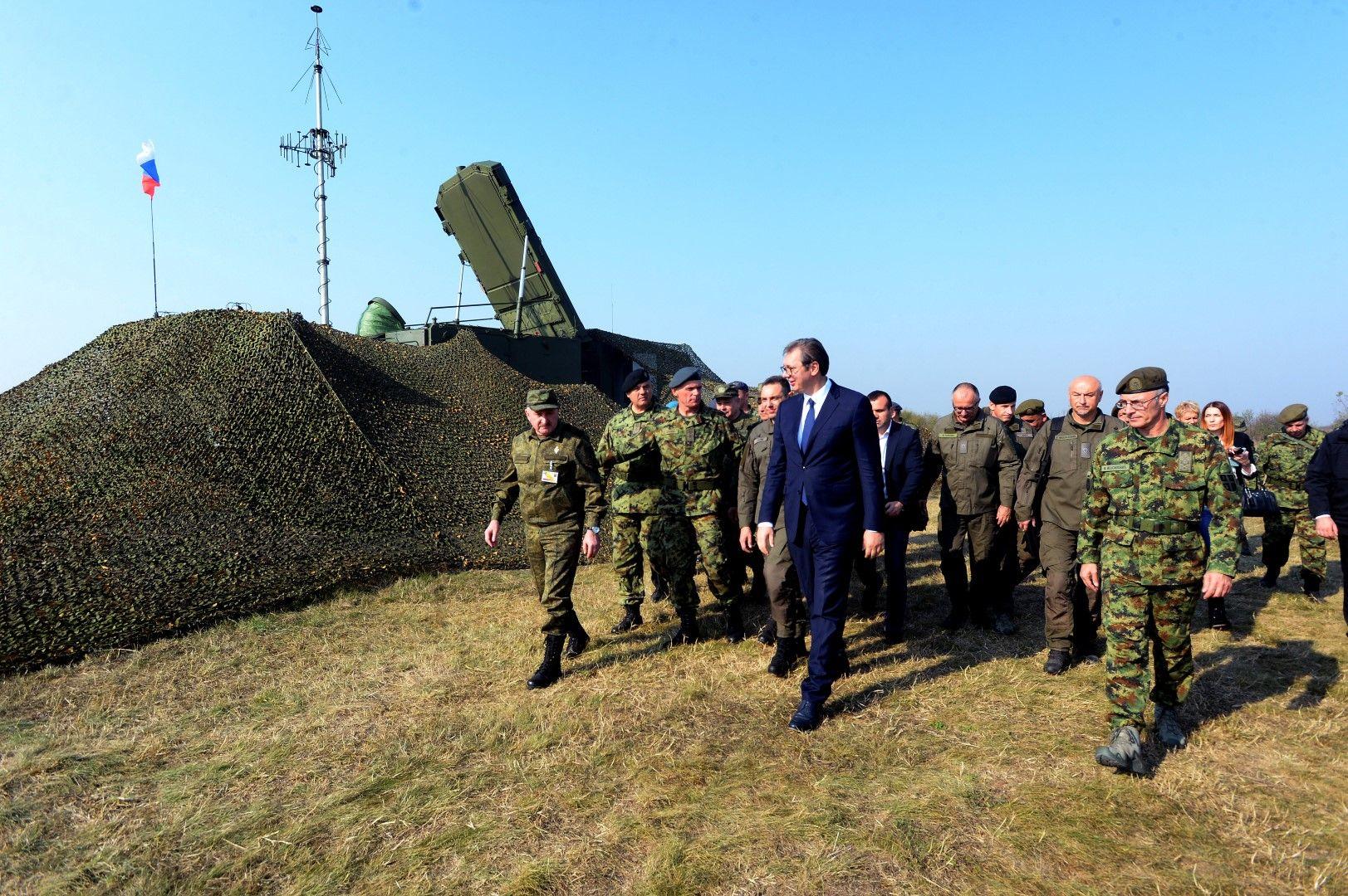 Президентът на Сърбия Александър Вучич на посещение по време съвместното руско-сръбско военно учение край Белград