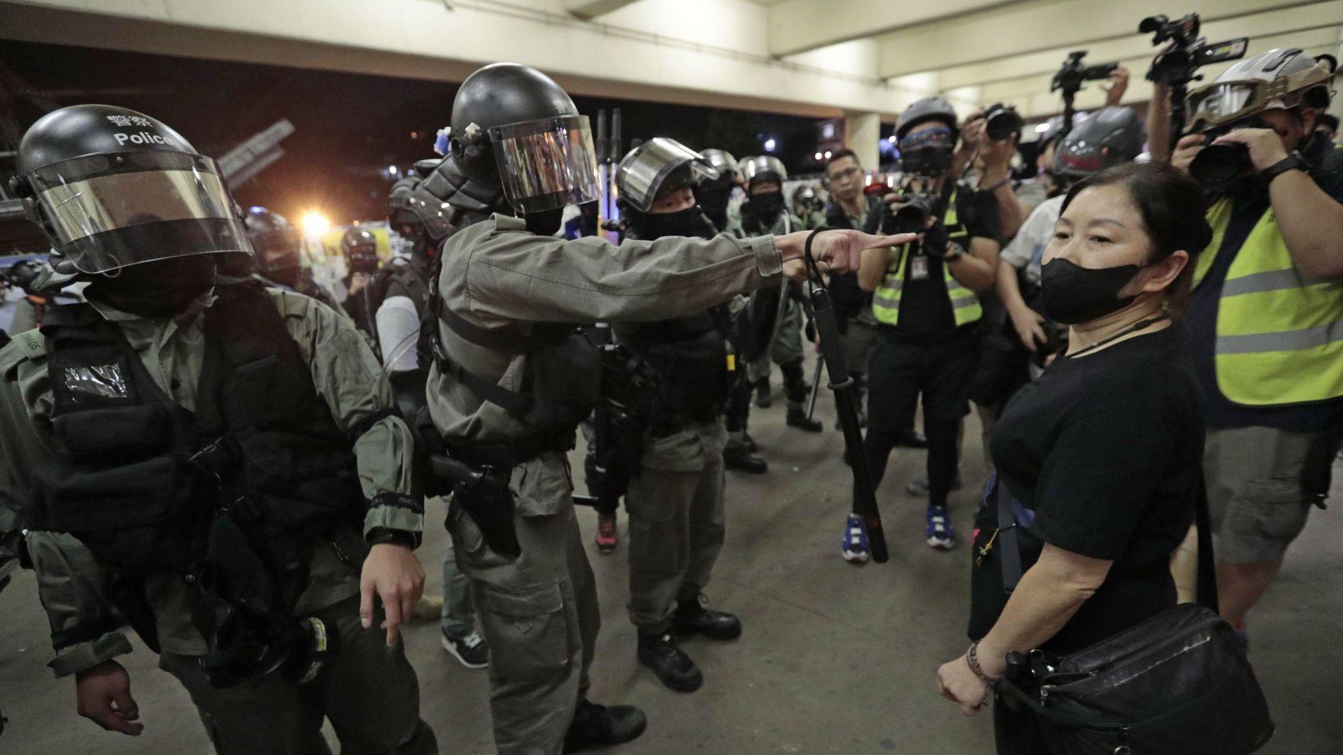 Поредният ден на протести и безредици в Хонконг завърши с кръвопролитие (снимки)