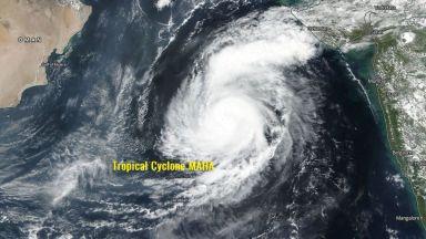 """След """"остър завой"""" тропическият циклон Маха удря Индия до дни"""
