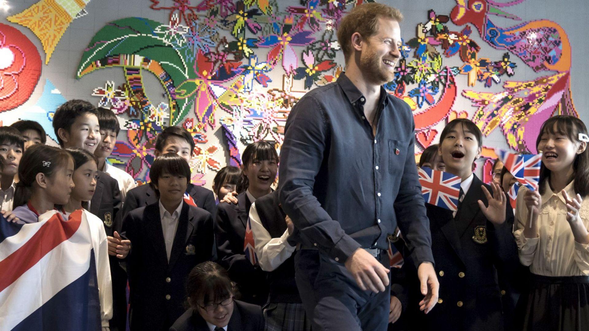 Принц Хари към ученичка: Женен съм (видео)