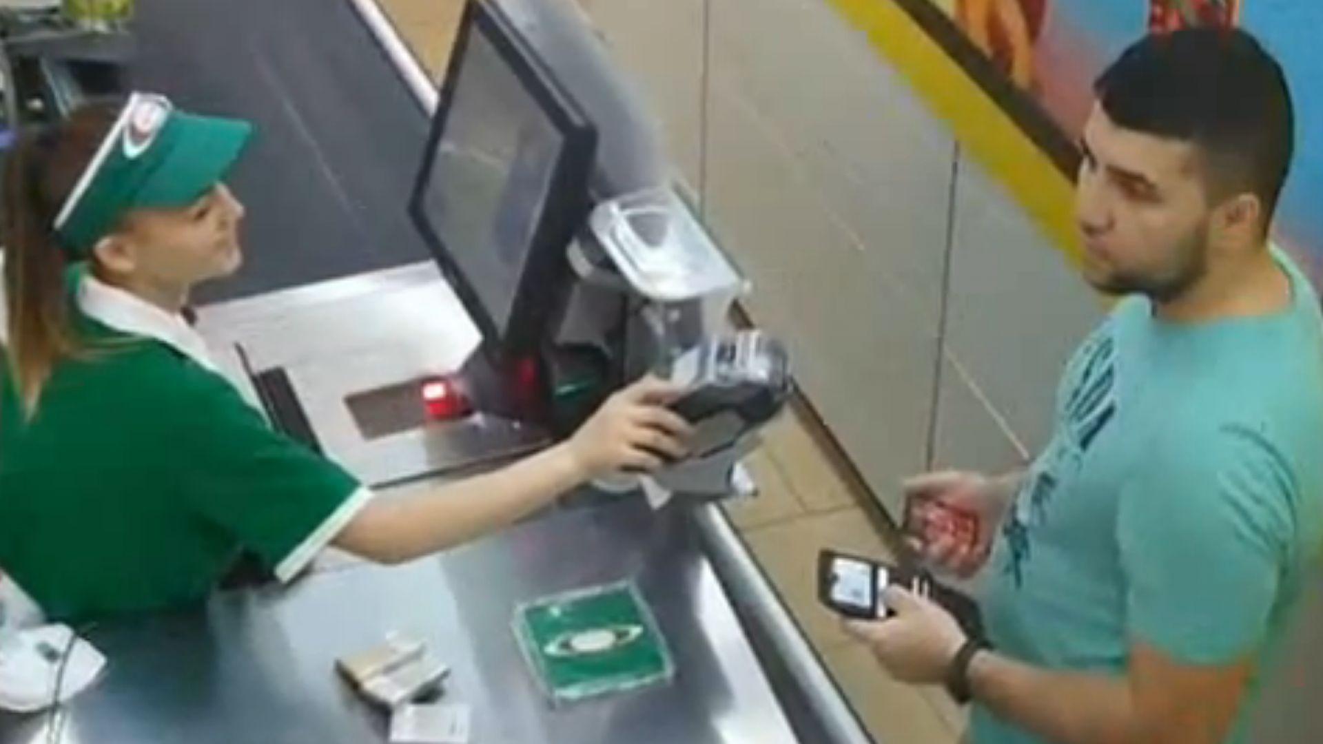 Издирват мъж, който точи кредитни карти в Пловдив