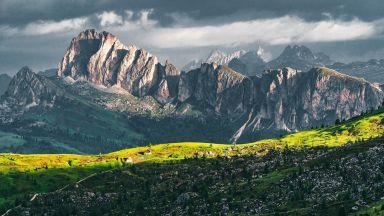 Невероятна светлина струи от красивите Доломити