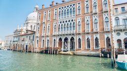 """Бронзовите """"пътешественици"""" на Бруно Каталано """"спряха"""" във Венеция"""