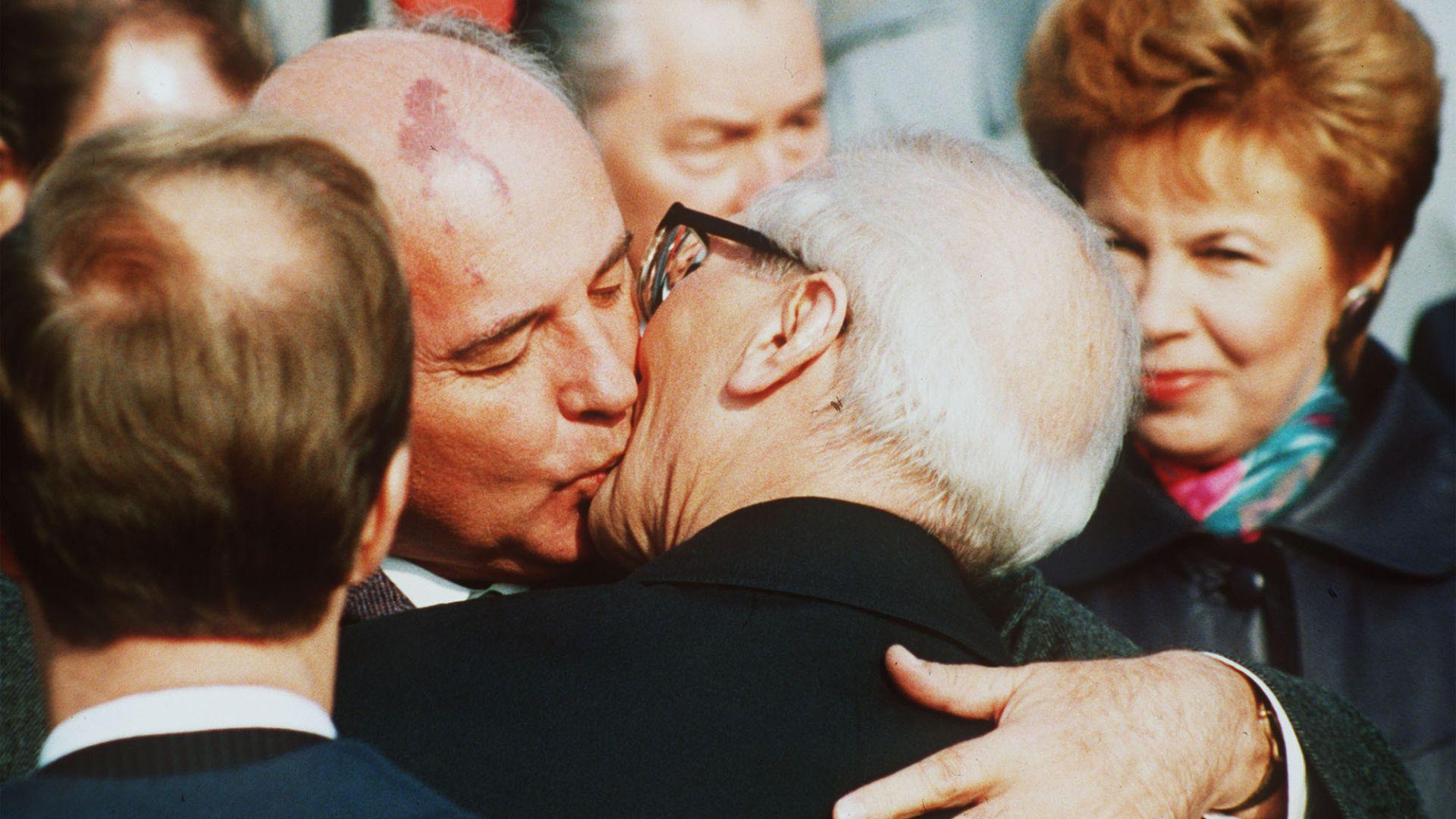 Горбачов целува братски генералиня секретар на ЦК на Германската единна социалистическа партия (ГЕСП) в ГДР