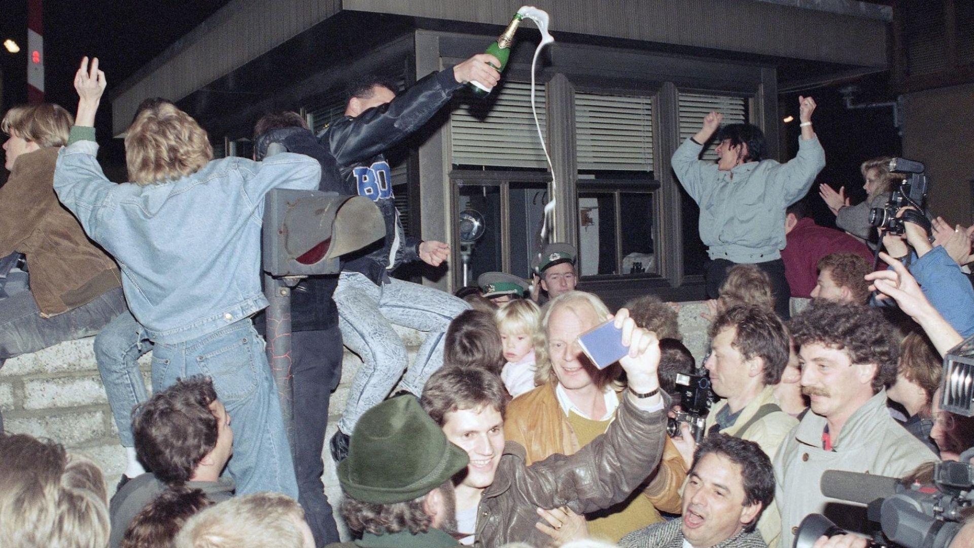 Преди 30 г. падна Берлинската стена, взела стотици жертви (архивни снимки и видео)