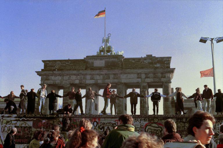 Щастливи източногерманци пред Бранденбургската врата