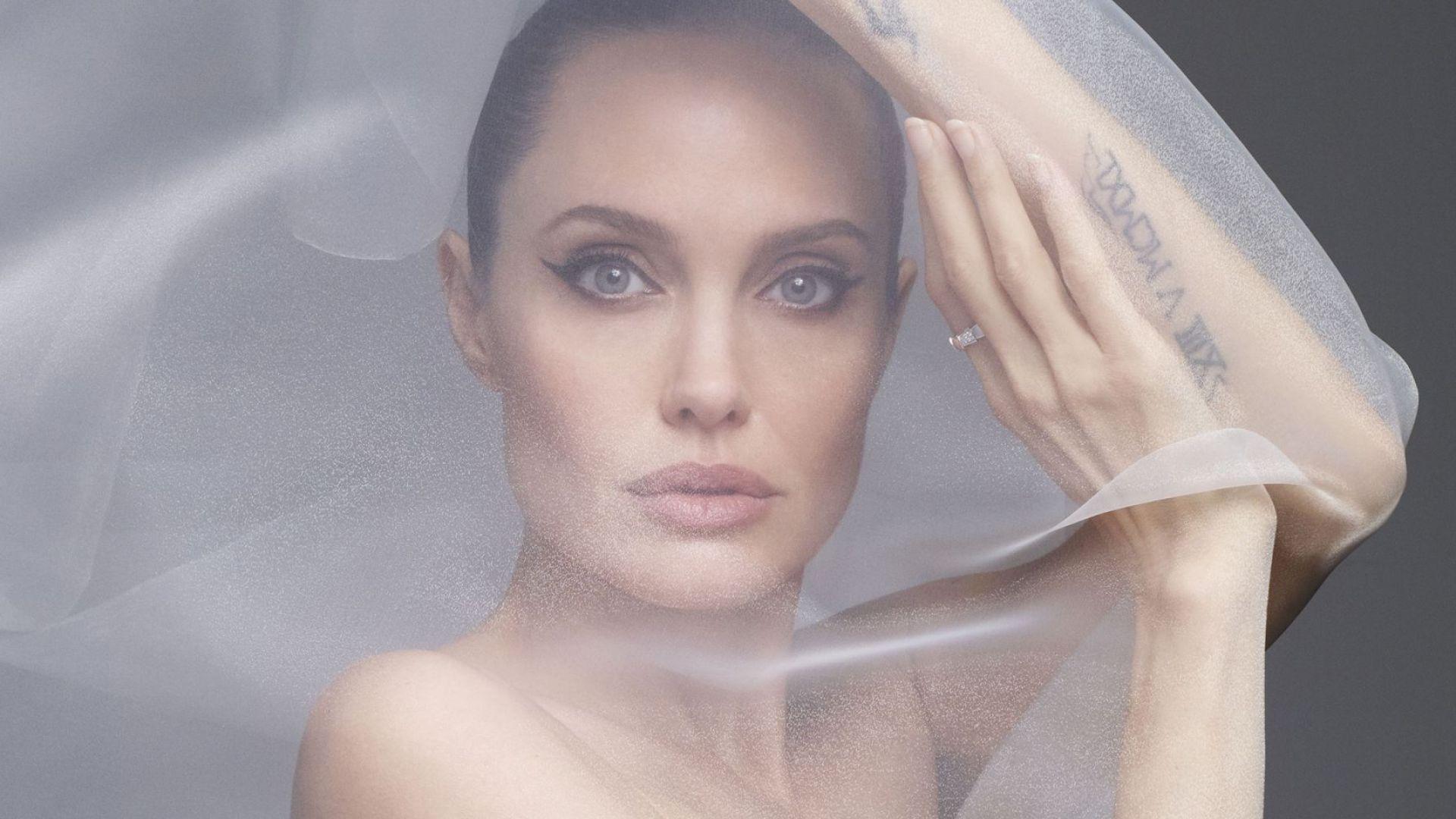Анджелина позира чисто гола, разсъблече тялото и душата си