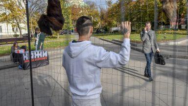 Протестиращи влязоха в клетка срещу фермите за кожи (снимки)