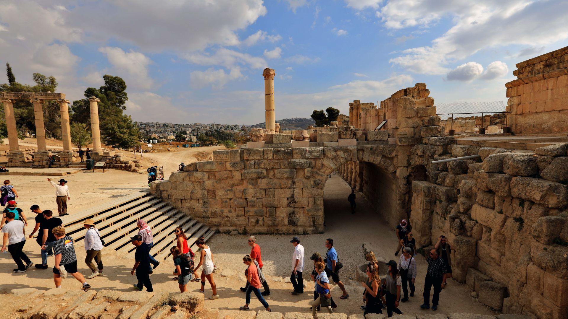 Осeм души бяха ранени при нападение с нож в туристически обект в Йордания (видео 18+)
