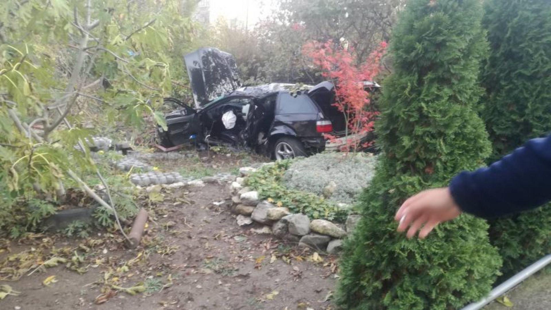 """БМВ """"паркира"""" в двора на къща след удар в дърво, 3-ма са ранени (видео)"""