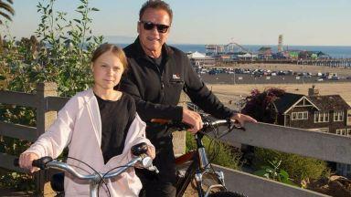 """""""Терминаторът"""" кара колело със своята """"приятелка и героиня"""" Грета Тунберг (снимки)"""