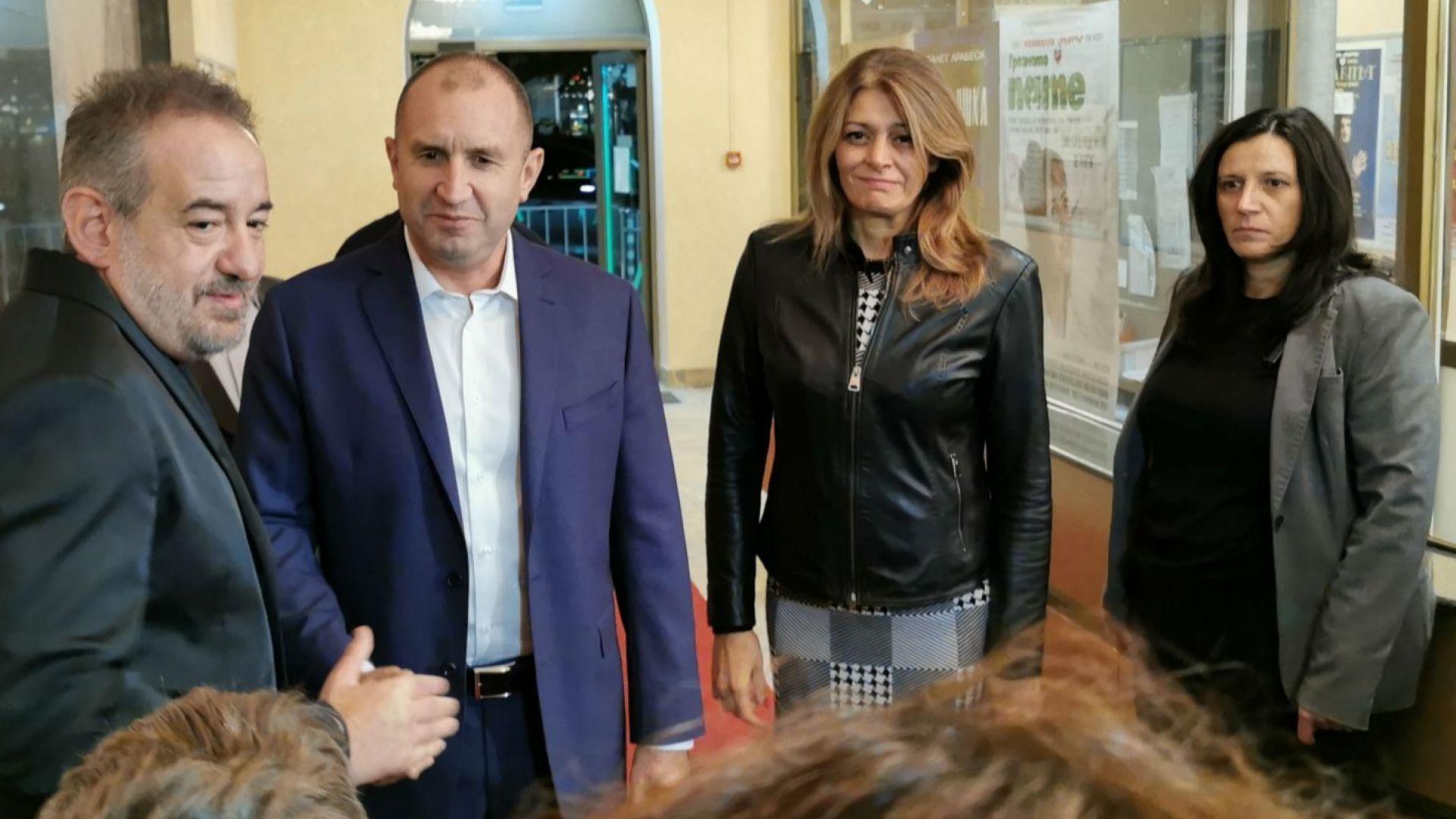 """Десислава Радева придружи президента с пачуърк рокля на премиерата на филма """"В кръг"""""""