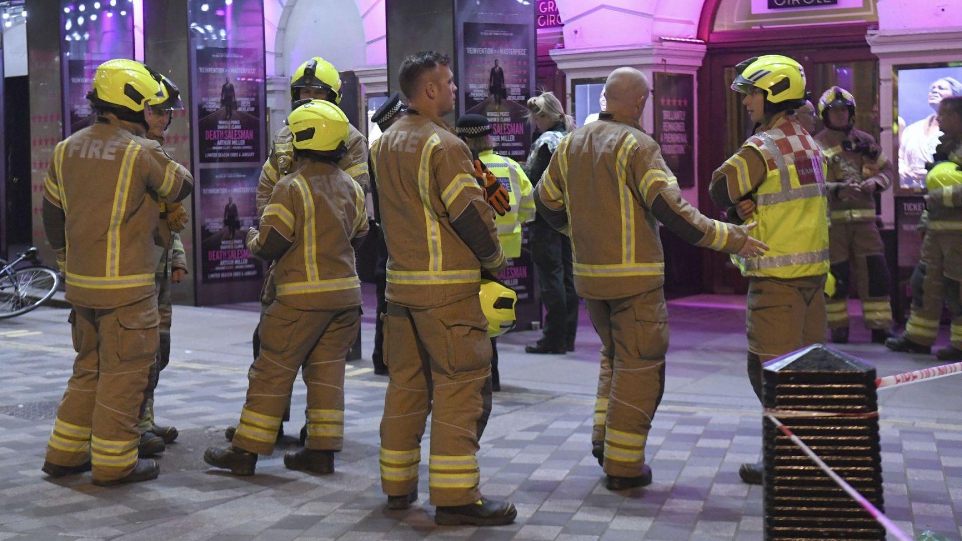 Рухна част от тавана на лондонски театър, евакуираха над 1000 души (видео)