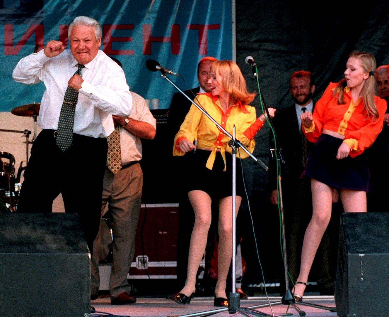 Руският президент Борис Елцин танцува на рок концерт след пристигането си в Ростов, 10 юни 1996 г.