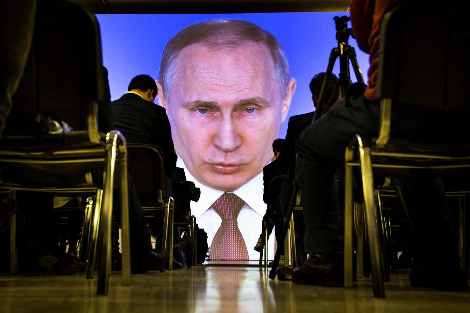 Журналисти гледат и слушат руския президент Владимир Путин, който изнася годишната си реч, 1 март 2018 г.
