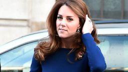 Кейт облече класическа рокля в кралско синьо на една от любимите си дизайнерки