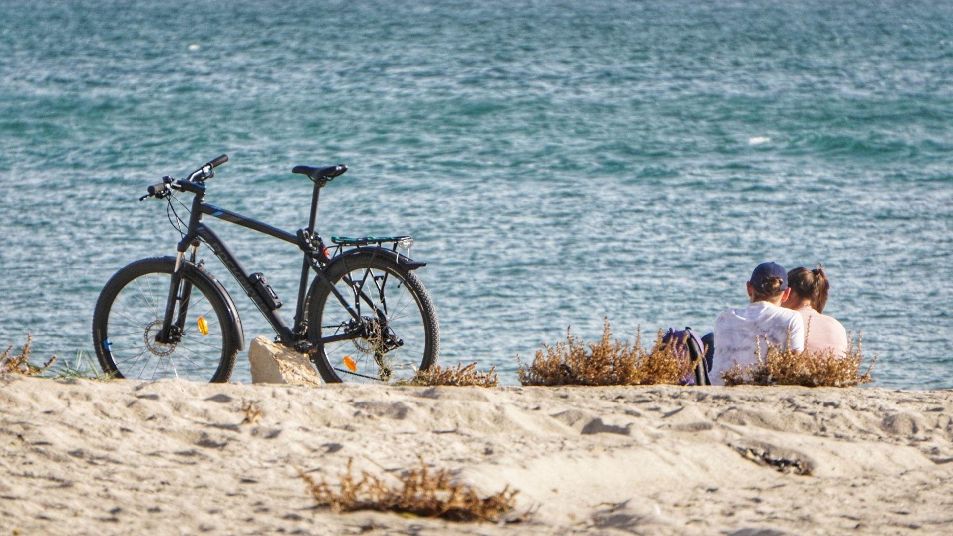 Температурен рекорд във Варна, местните се радват на слънцето на плажа (снимки)