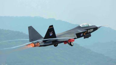 Как Китай комбинира F-22 и F-35 в един самолет (снимки)