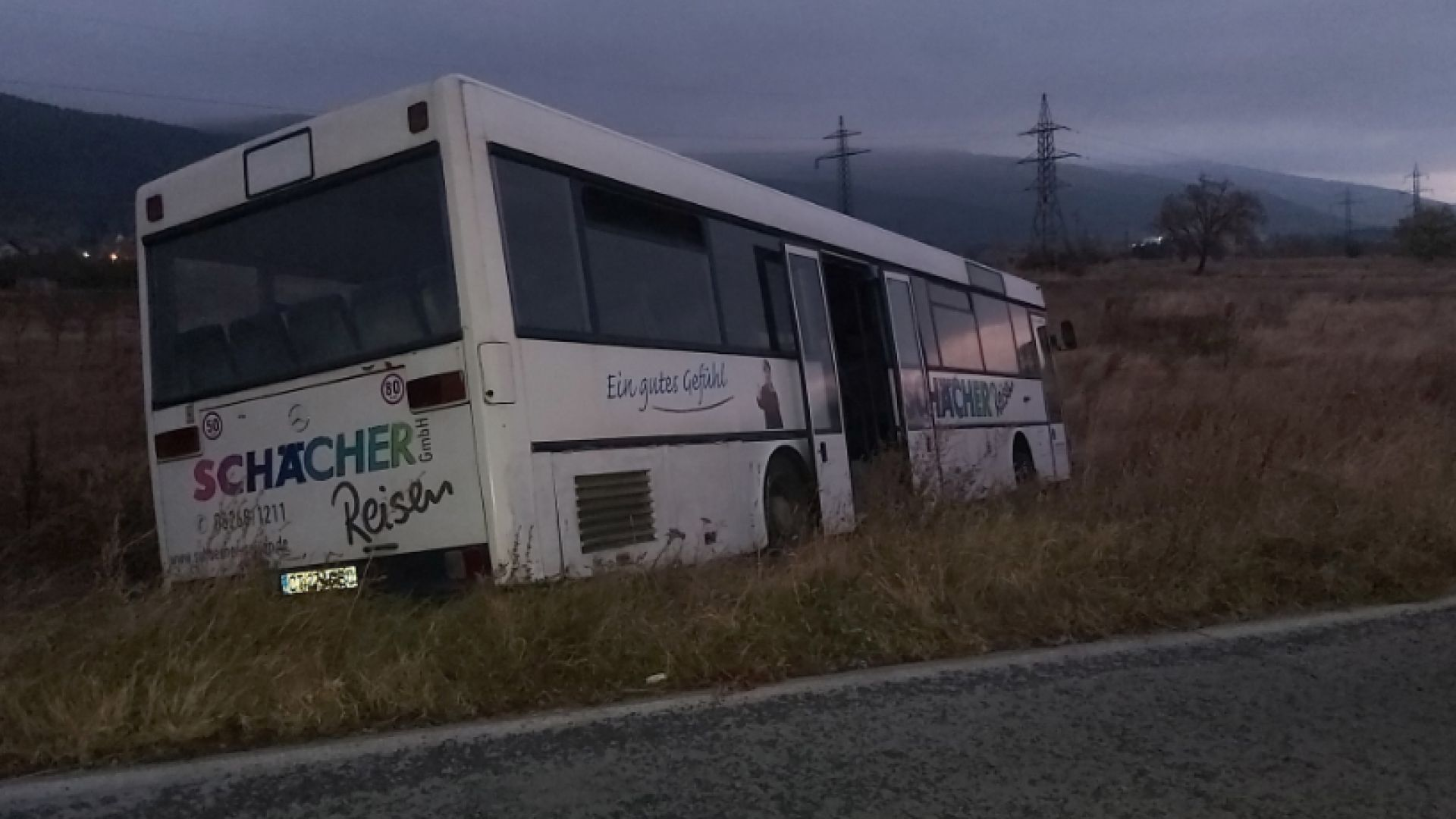 Автобус с пътници катастрофира край град Шипка